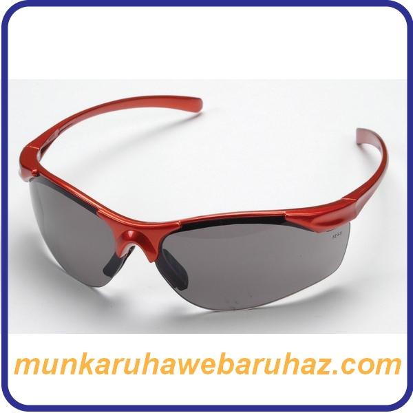 Polikarbonát szemüveg sötét lencsével, piros kerettel